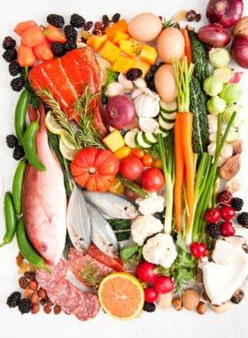 Paleo Diät: Hochwertigen Tierprodukte, viel Obst sowie Gemüse, verzichtet aber auf Hülsenfrüchte sowie Getreide.